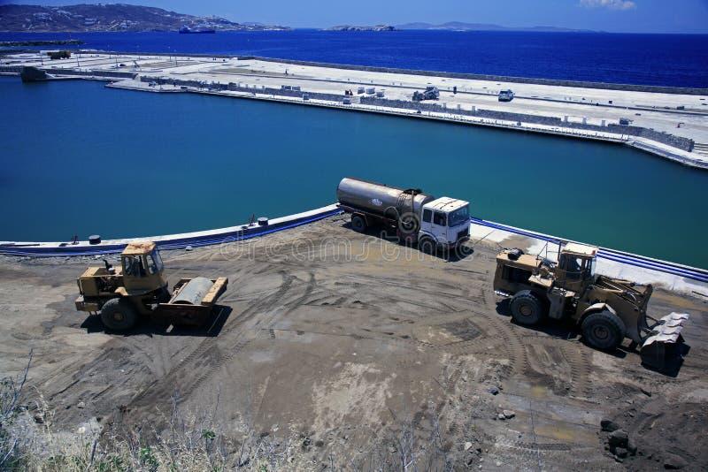 Una costruzione del pilastro e macchine della costruzione in Mykonos, Grecia immagine stock libera da diritti