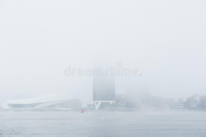 Una costruzione misteriosa nella nebbia immagini stock libere da diritti