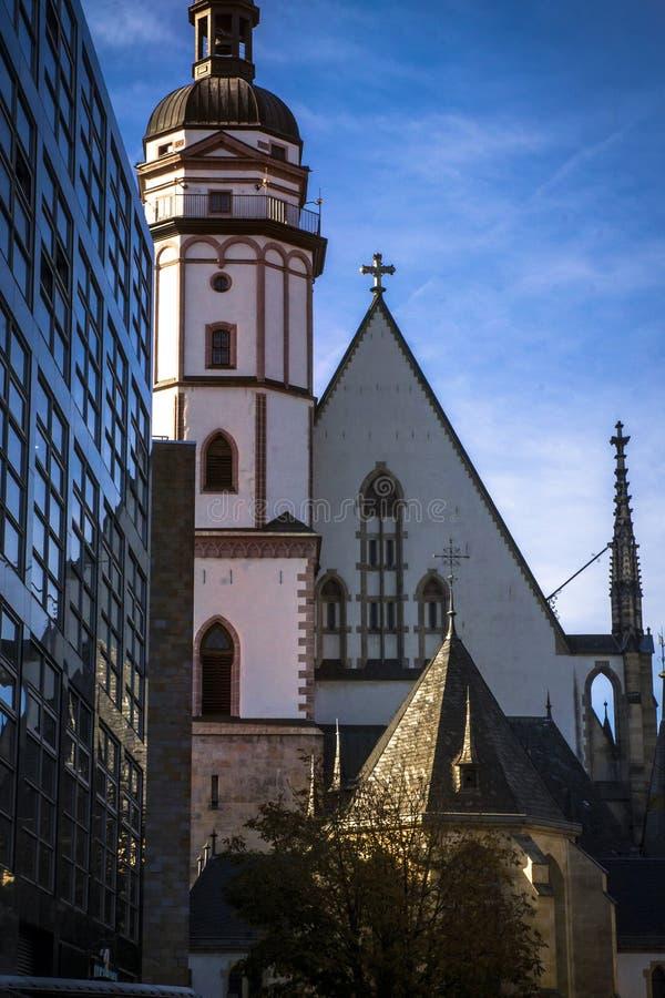 Una costruzione moderna davanti alla chiesa di St Thomas in Lipsia Johann Sebastian Bach ha lavorato qui dal 1723 fino alla sua m immagini stock libere da diritti