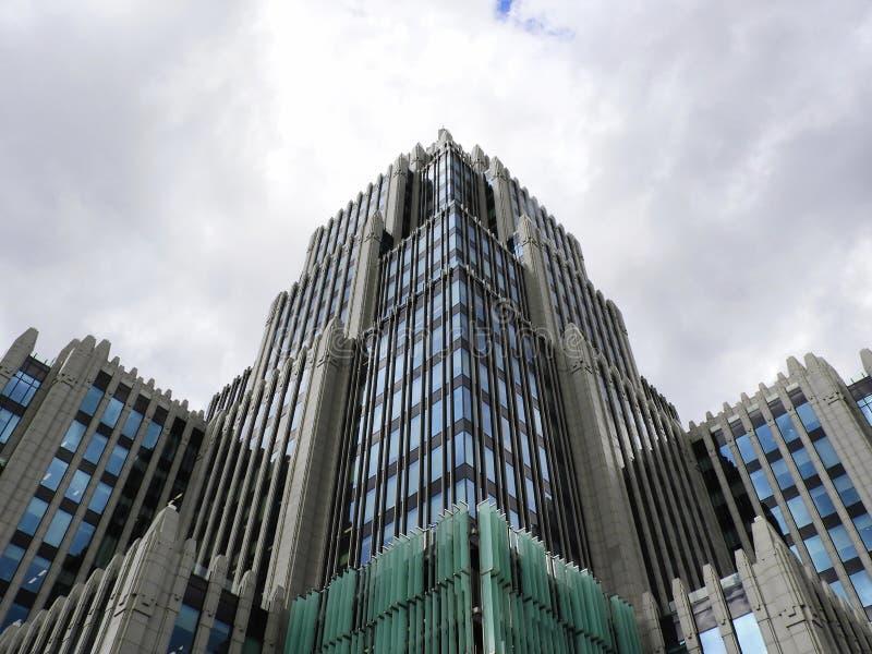 Una costruzione moderna di alto aumento nel centro di Mosca immagini stock libere da diritti