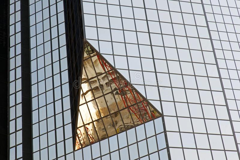 Una costruzione moderna di vetro con gli angoli e la riflessione geometrici fotografia stock libera da diritti