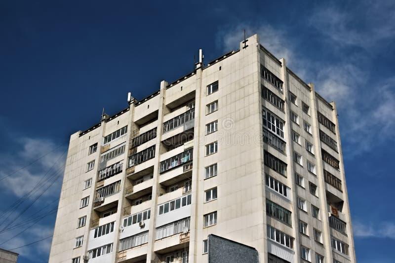 Una costruzione multipiana contro il cielo fotografia stock libera da diritti