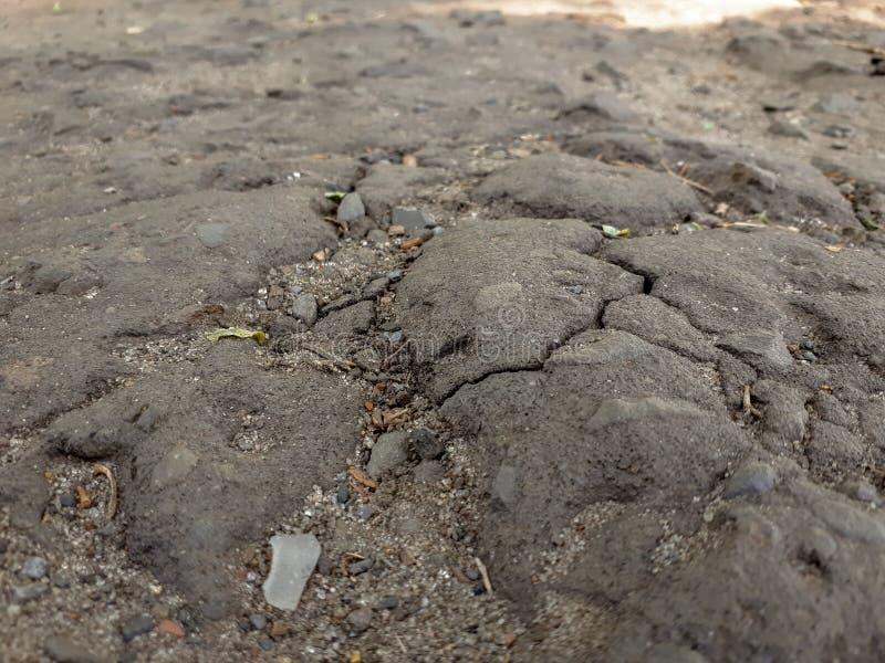 Una crepa nella pavimentazione fotografie stock