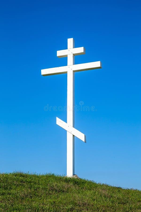 Una cruz de madera encima de una colina foto de archivo libre de regalías
