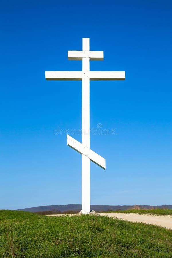 Una cruz de madera encima de una colina fotos de archivo