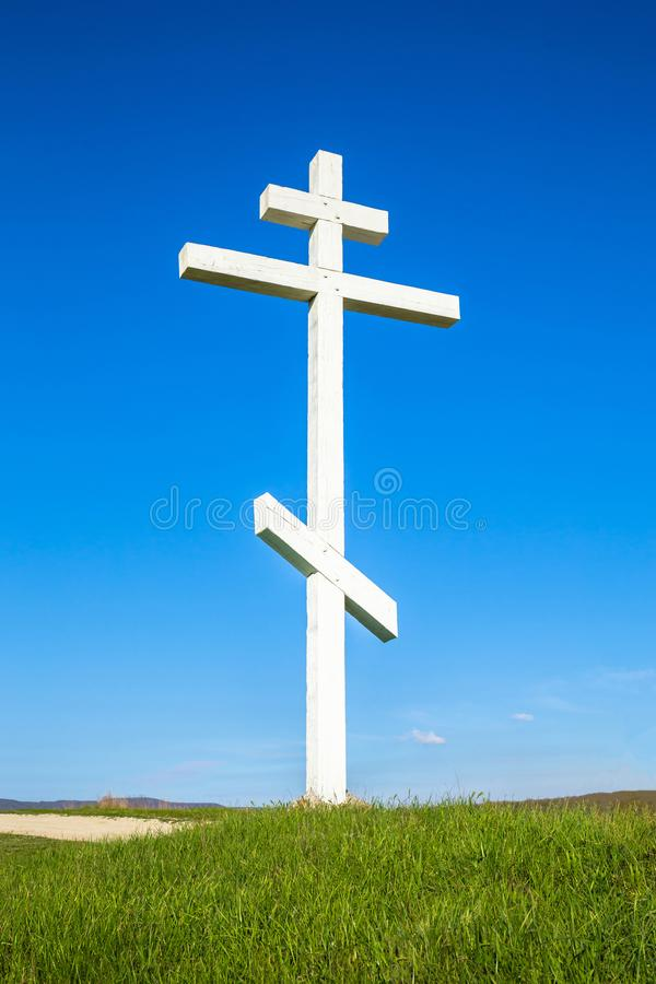 Una cruz de madera encima de una colina fotografía de archivo libre de regalías