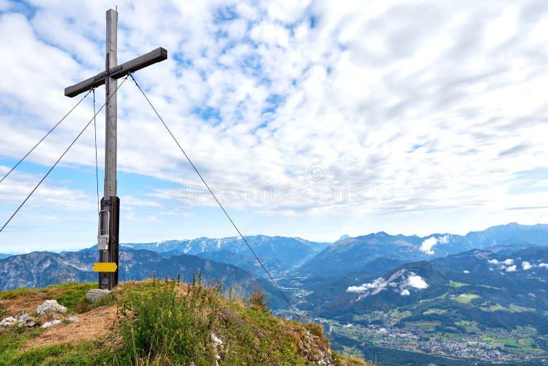 Una cruz de madera encima de la montaña Kalmberg y de los rayos del sol Paisaje hermoso Región de Salzkammergut fotografía de archivo