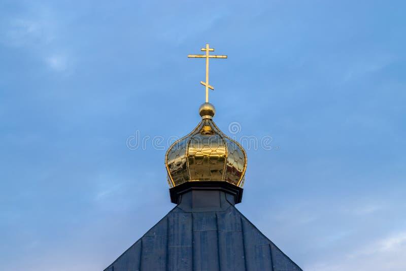 Una cruz en una aguja de la iglesia hacia un cielo azul en Chisinau, el Moldavia imagen de archivo libre de regalías