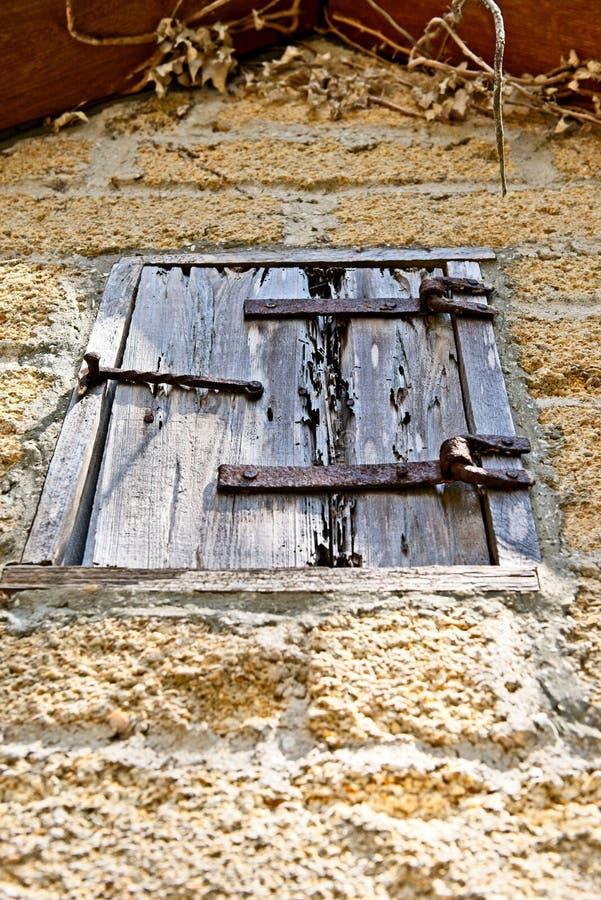 Una cubierta de madera de la ventana en un edificio de ladrillo viejo por razones del Gonzalez Alvarez House en St Augustine hist foto de archivo libre de regalías