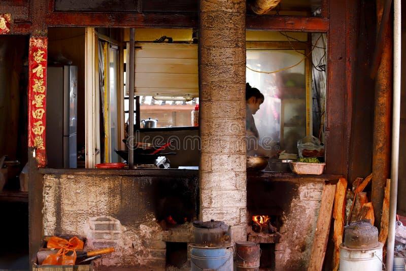 Una cucina del venditore di alimento della via nel villaggio di Shigu, il Yunnan, Cina fotografia stock libera da diritti