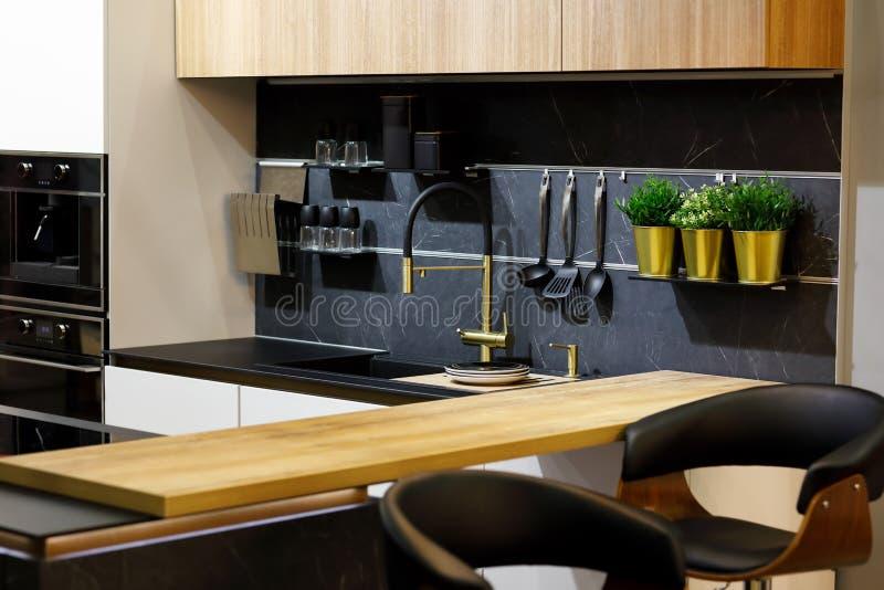Una cucina moderna ed elegante con bar per colazione fotografia stock libera da diritti