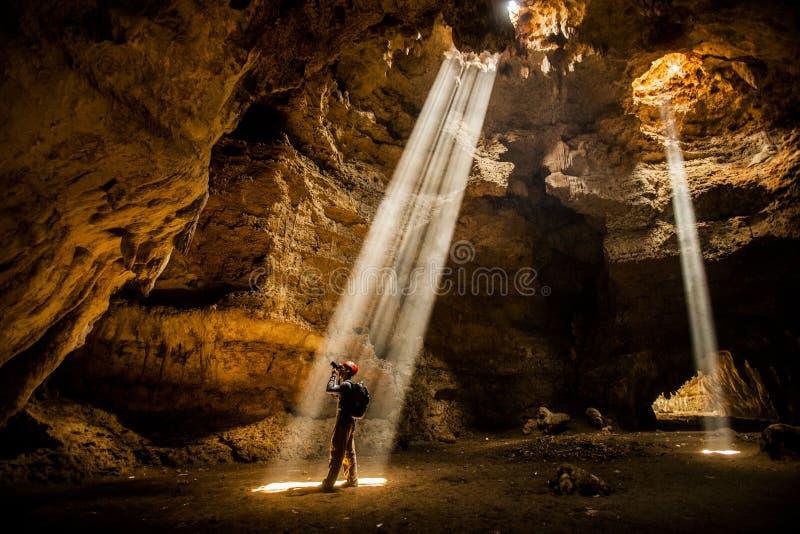 Una cueva de exploración del hombre en Blora Indonesia foto de archivo libre de regalías