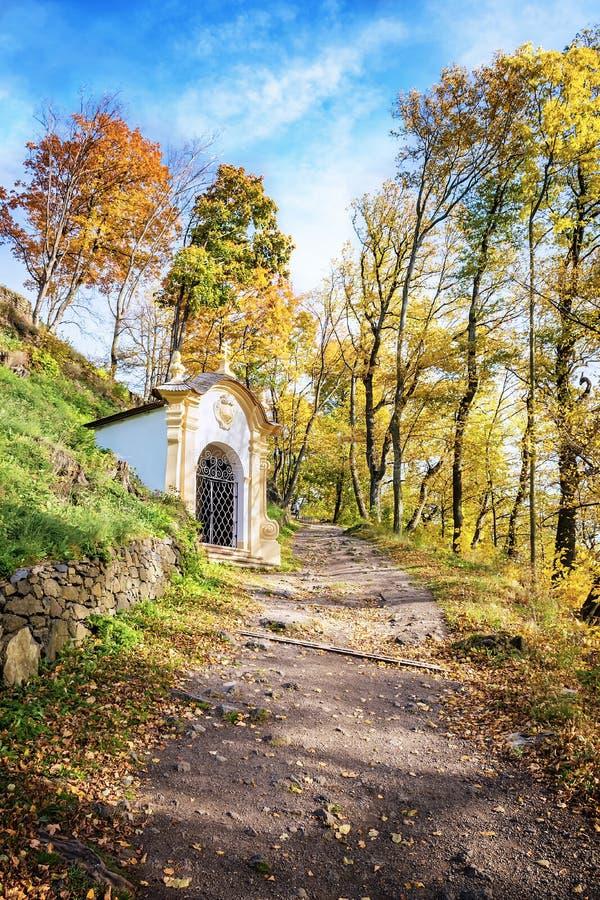 Una de catorce capillas de las estaciones de complejo del Calvary en Banska Stiavnica durante otoño, la UNESCO ESLOVAQUIA foto de archivo libre de regalías