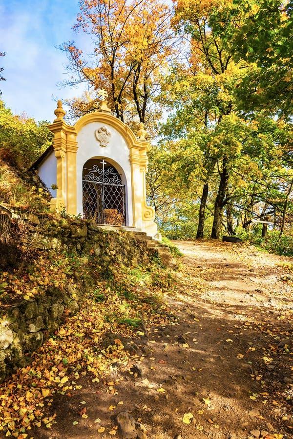 Una de catorce capillas de las estaciones de complejo del Calvary en Banska Stiavnica durante otoño, la UNESCO ESLOVAQUIA fotografía de archivo libre de regalías