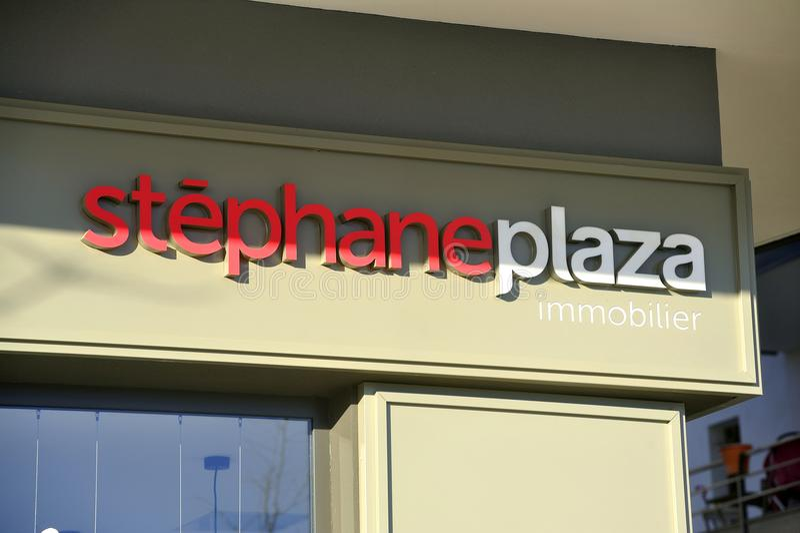 Una de las agencias inmobiliarias reales Stephane Plaza foto de archivo