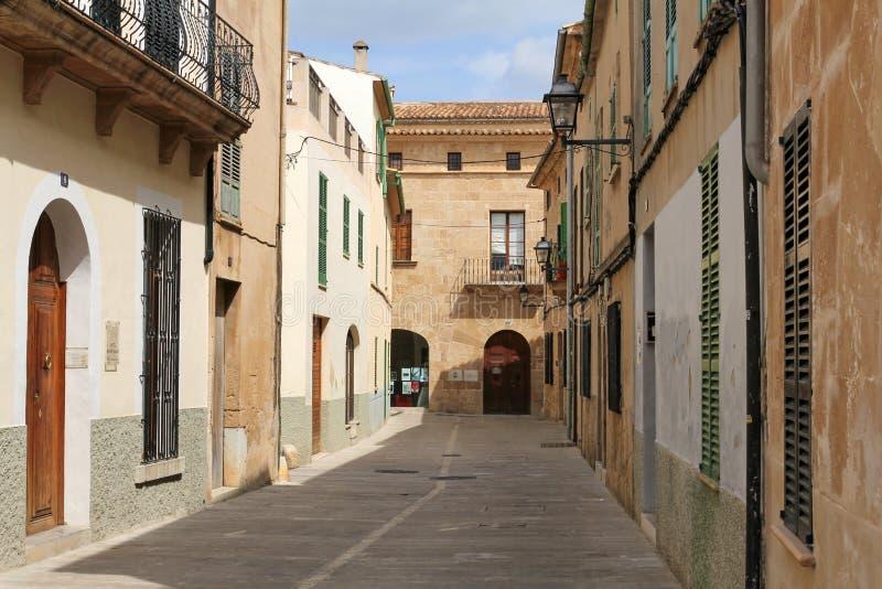 Una de las calles encantadoras en Alcudia, Majorca, España fotos de archivo libres de regalías