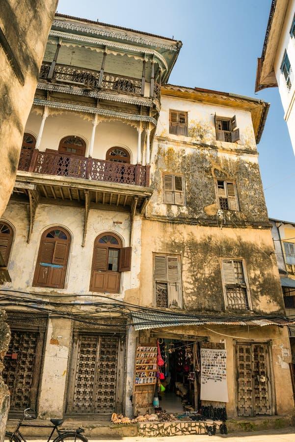 Una de las calles estrechas típicas en la ciudad de piedra, Zanzíbar imagen de archivo