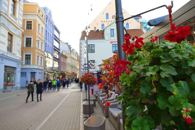 una de las calles principales de la ciudad vieja en Riga, Letonia imágenes de archivo libres de regalías