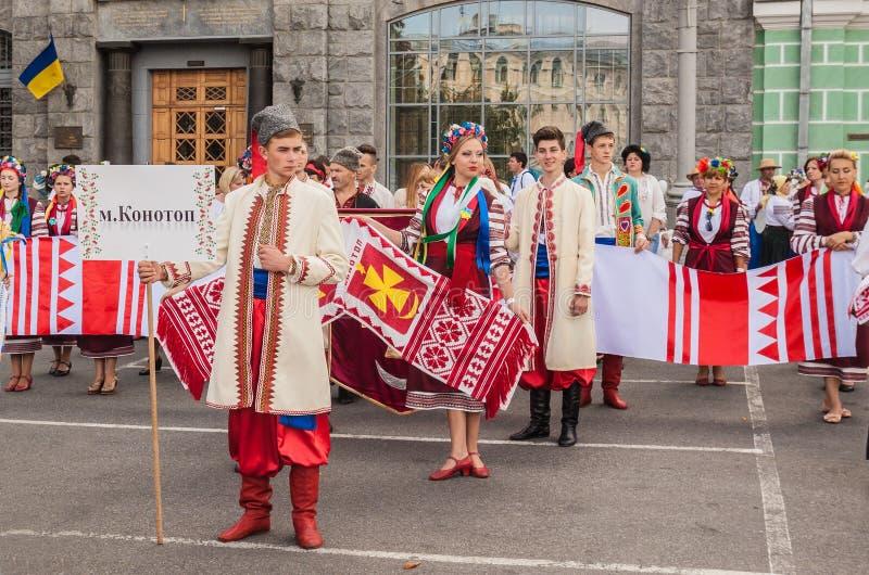 Una delegación de la región de Konotop en tradicional nacional foto de archivo
