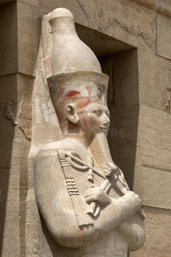 Una delle colonne di Osirid che sta lungo il terrazzo superiore al tempio mortuario di Hatshepsut ad Al-Bahri di Deir nell'Egitto fotografie stock