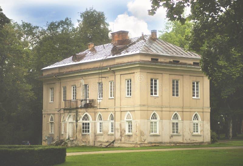 Una delle costruzioni della proprietà terriera di Raudondvaris, la Lituania immagini stock
