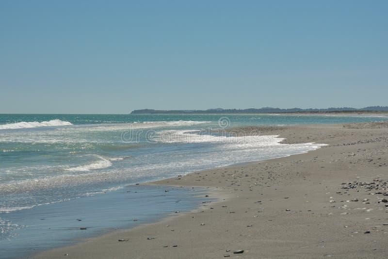 Una delle molte spiagge dell'oceano Pacifico vicino alla città di Okarito sulla Nuova Zelanda immagini stock libere da diritti