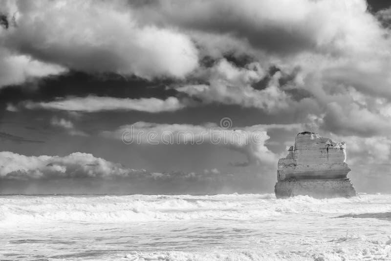 Una delle pile di Gibson Steps in bianco e nero contro un cielo drammatico, grande strada dell'oceano, Australia fotografia stock libera da diritti