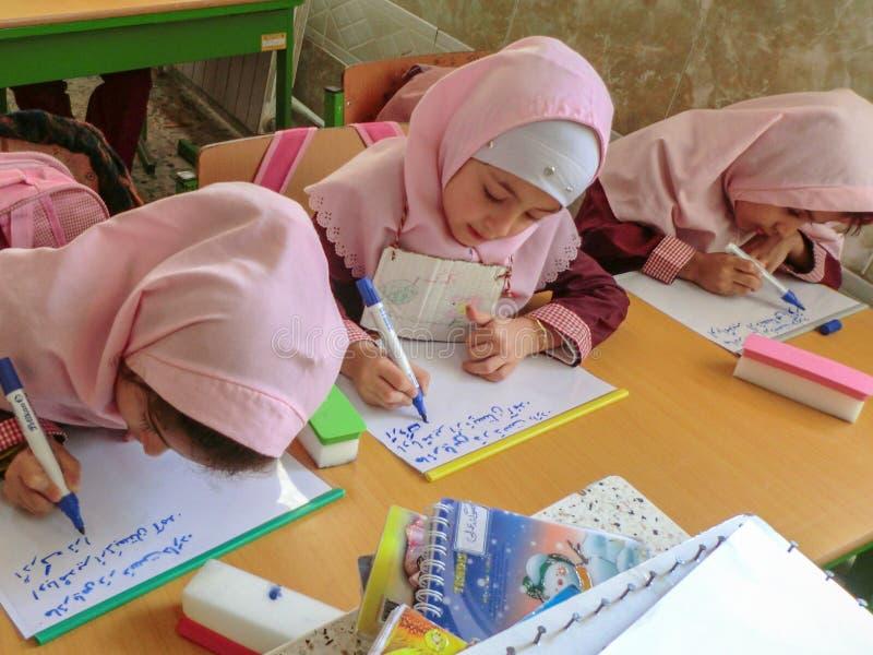 Una delle ragazze della scuola primaria in Rasht, provincia di Guilan, Iran Una scuola islamica in cui le ragazze dovrebbero port immagini stock libere da diritti
