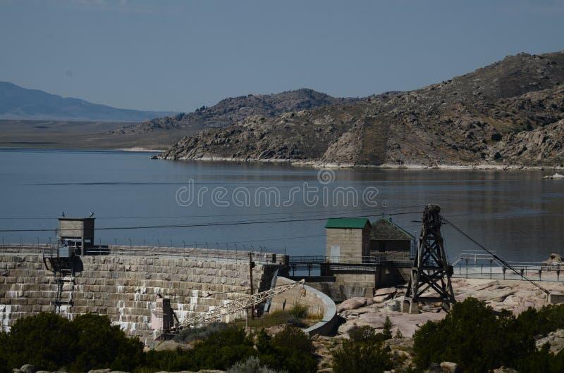 Una diga un lago una montagna immagine stock libera da diritti
