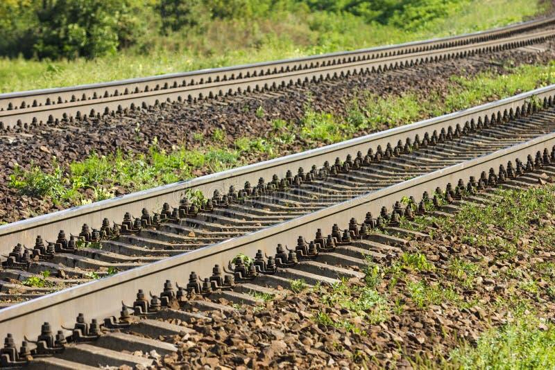 Una direzione imminente di due ferrovie nella periferia Percorsi diritti paralleli fotografie stock libere da diritti