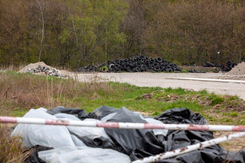 Una discarica illegale vicino alla strada del paese in campagna il giorno della domenica fotografie stock