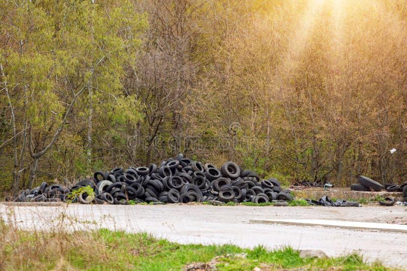 Una discarica illegale vicino alla strada del paese in campagna il giorno della domenica fotografie stock libere da diritti