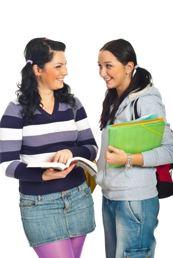 Una discussione delle due ragazze degli allievi fotografia stock libera da diritti