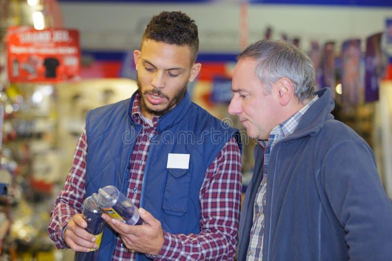 Una discussione di due lavoratori del magazzino immagine stock