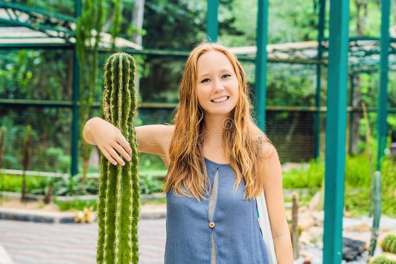 Una donna abbraccia un cactus come suo migliore amico Problemi del concetto di amicizia fotografie stock