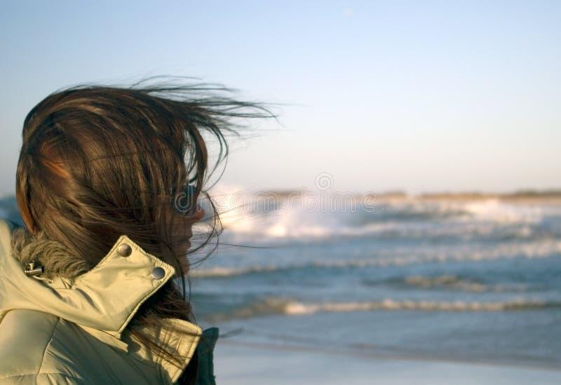 Una donna ad un mare molto ventoso fotografia stock