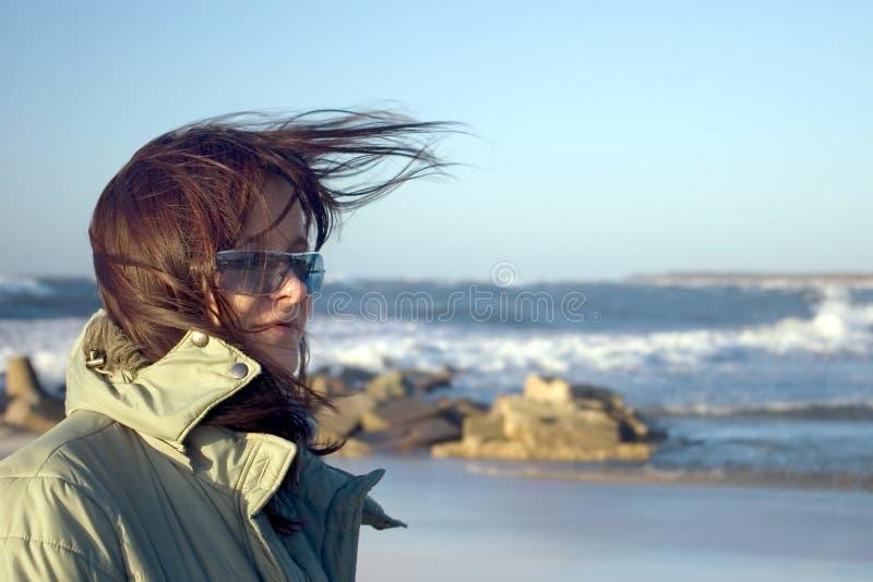 Una donna ad un mare molto ventoso fotografie stock
