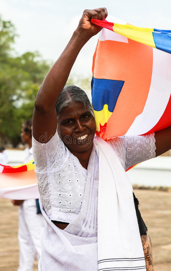Una donna anziana ai pellegrini in Anuradhapura, Sri Lanka fotografie stock