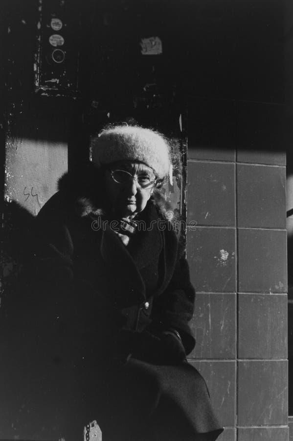 Una donna anziana che si siede all'aperto in Jackson Heights immagine stock libera da diritti