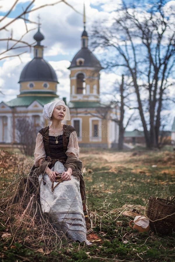 Una donna anziana in medievale fotografie stock