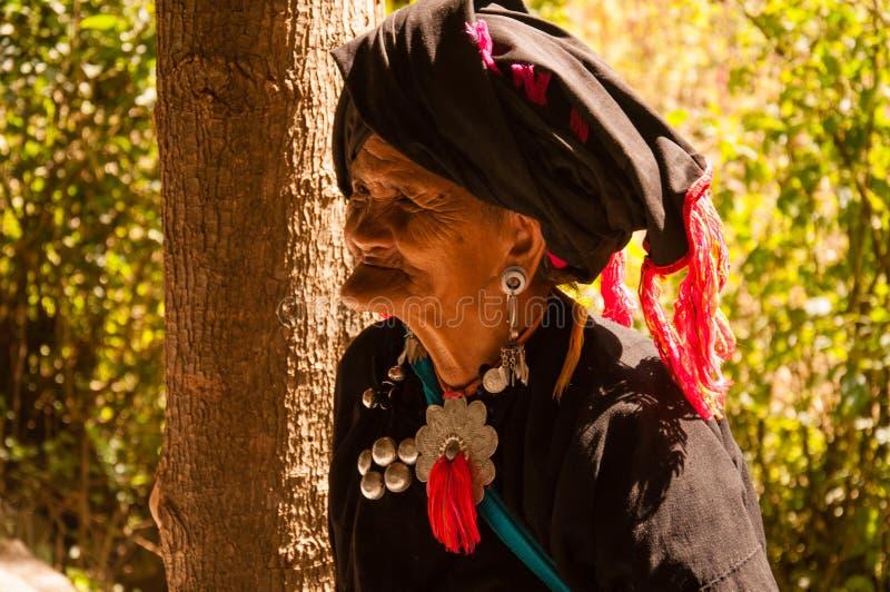 Una donna anziana nel villaggio del gruppo etnico di Wa immagini stock