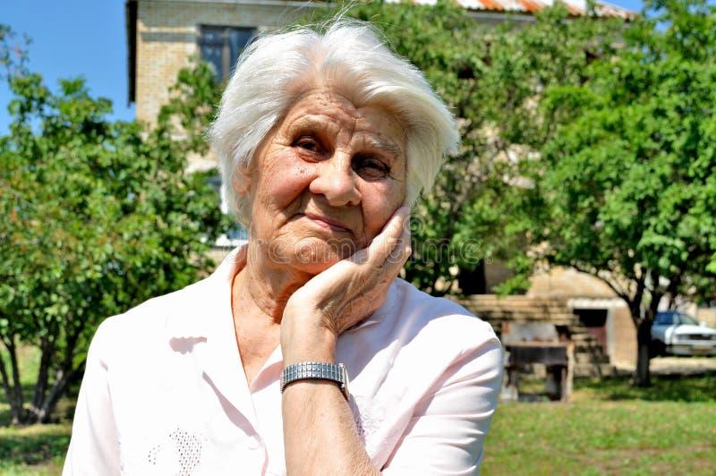 Una donna anziana, pensiero fotografie stock