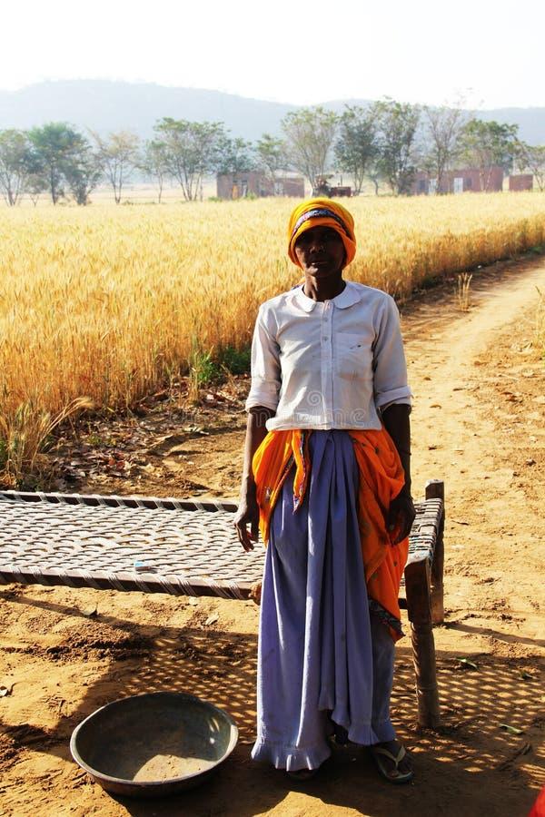 Una donna anziana in un villaggio indiano Donne con i vestiti indiani della cultura immagine stock libera da diritti