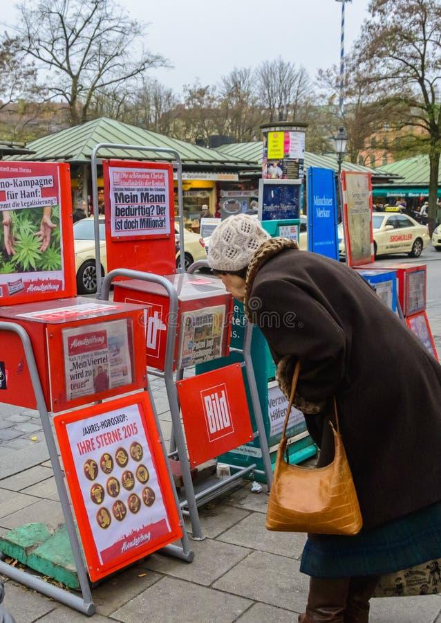Una donna anziana in Viktualienmarkt Monaco di Baviera fotografie stock