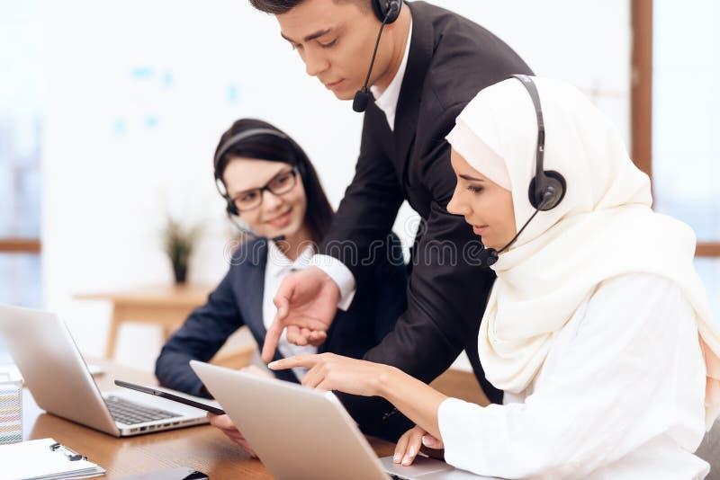 Una donna araba lavora in una call center immagini stock