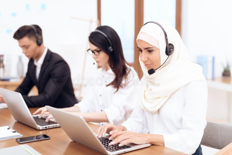Una donna araba lavora in una call center immagini stock libere da diritti