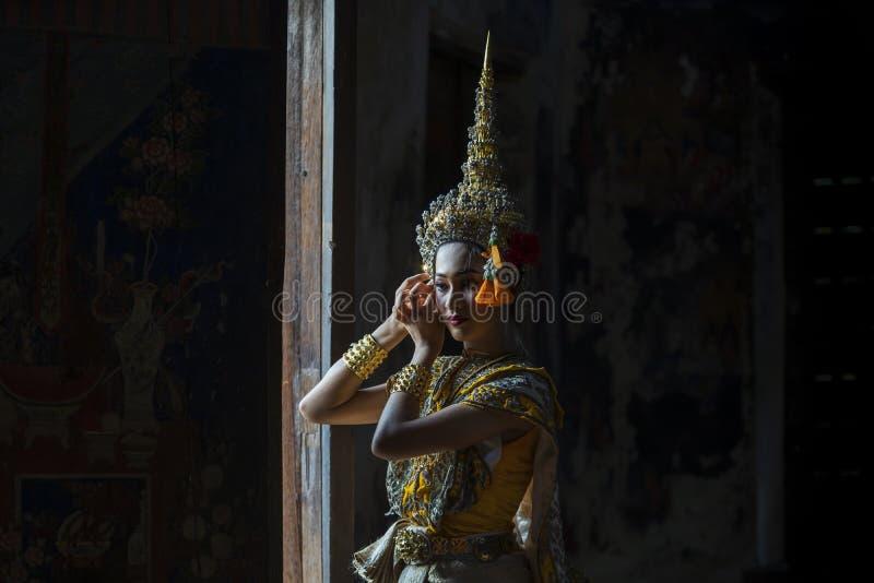 Una donna asiatica che indossa un costume tradizionale per Ramya è nascosta alla porta Suvannamaccha è figlia di Tosakanth immagini stock