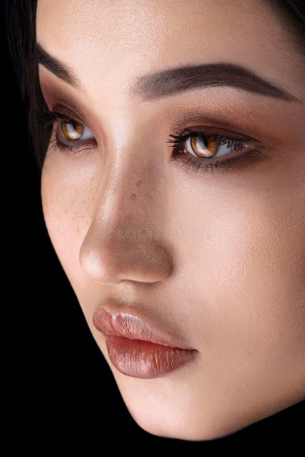 Una donna asiatica con un occhio di glamour fotografie stock
