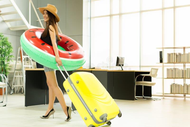 Una donna asiatica sta andando viaggiare per l'estate fotografia stock libera da diritti