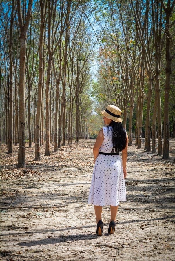 Una donna asiatica in vestito bianco fotografie stock libere da diritti